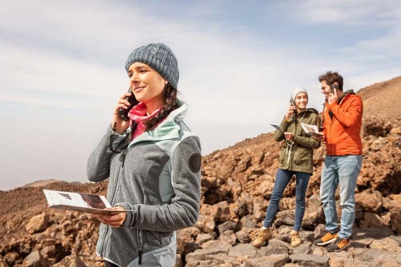 Groupe de personnes en train d'utiliser l'audioguide du Teide
