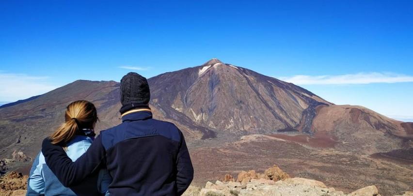 Pareja mirando el Teide en el Parque Nacional