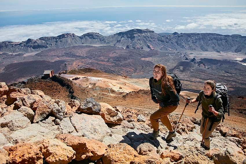 Chicas subiendo el Teide a pie en el Parque Nacional