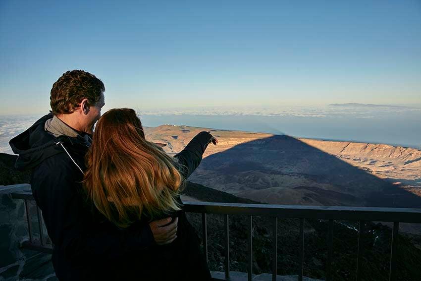Proyección de la sombra del Teide sobre el mar y Gran Canaria.