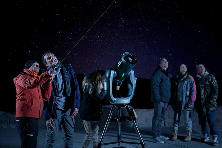 Observar las estrellas en el Teide grupo de personas con guía oficial