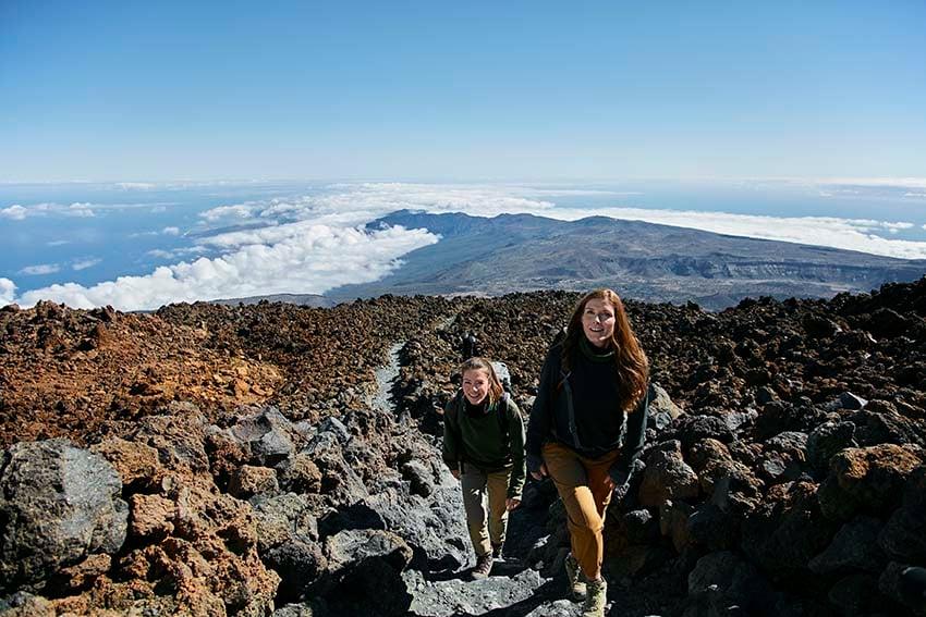 Dos chicas viviendo aventuras en la naturaleza en el Teide