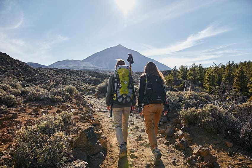 Meisjes die genieten van het bezoek aan de Teide
