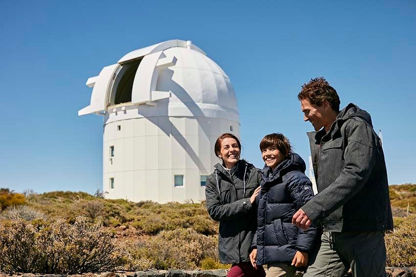 Familia visitando el Observatorio del Teide