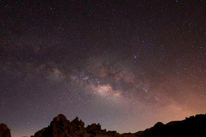 De sterren en de Melkweg observeren op Tenerife