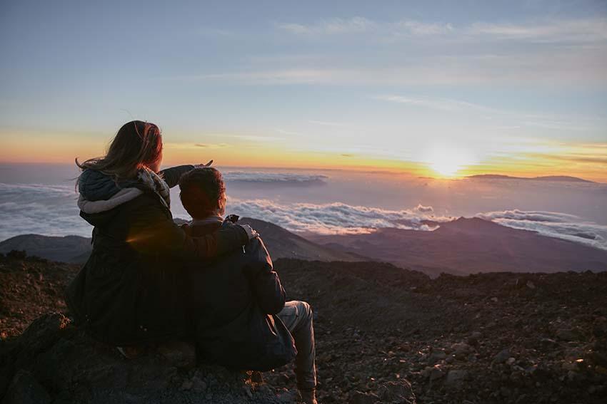 Disfrutar de la naturaleza al atardecer en pareja en el Teide