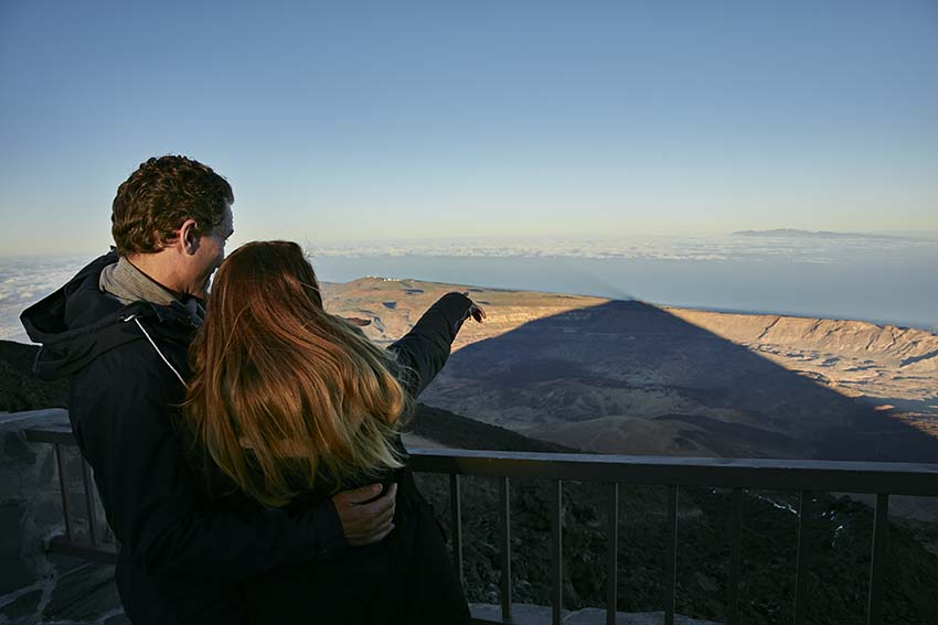 El famoso atardecer del Teide y su imponente sombra sobre el mar