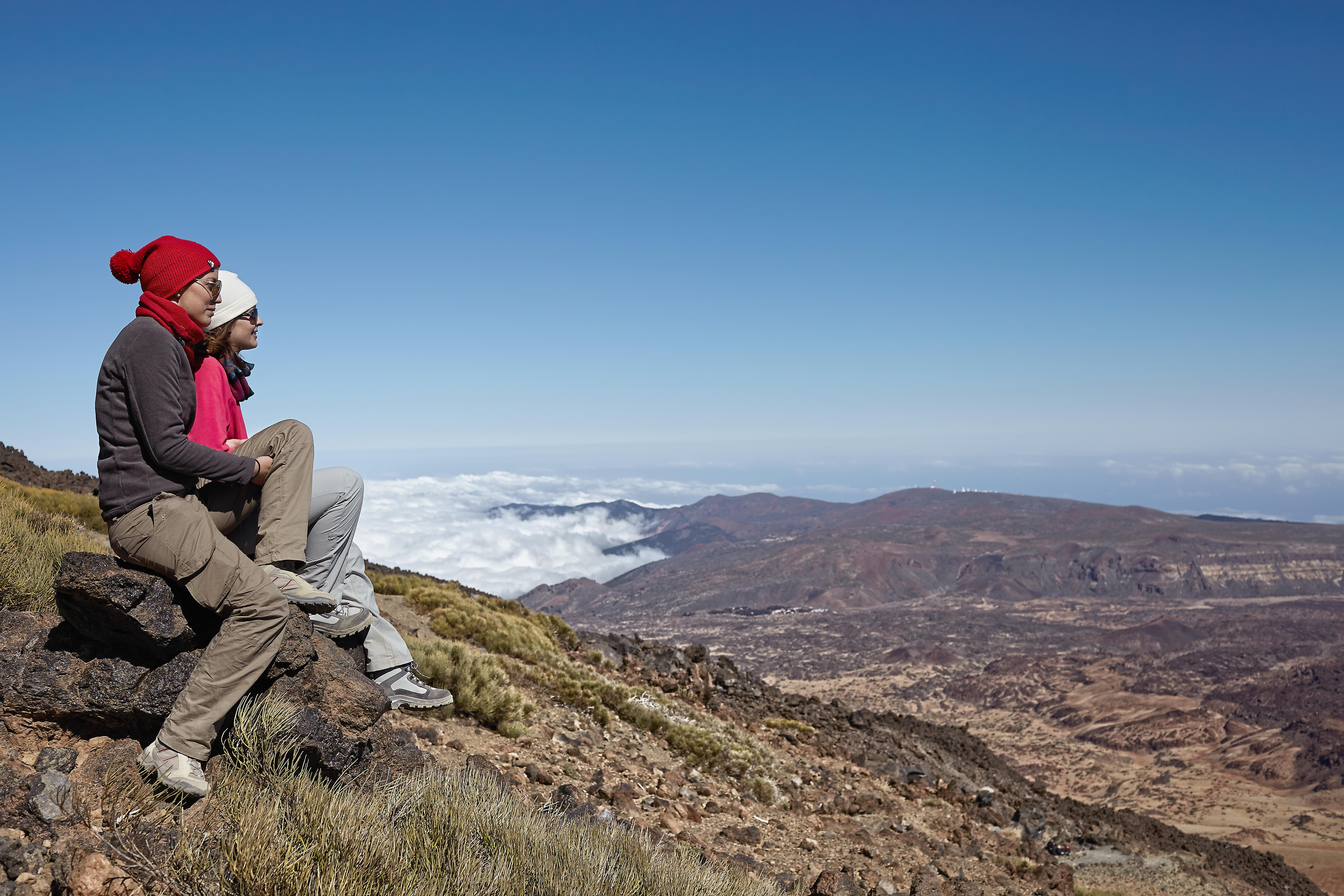Wycieczkowicze podziwiający krajobraz ze szczytu Teide