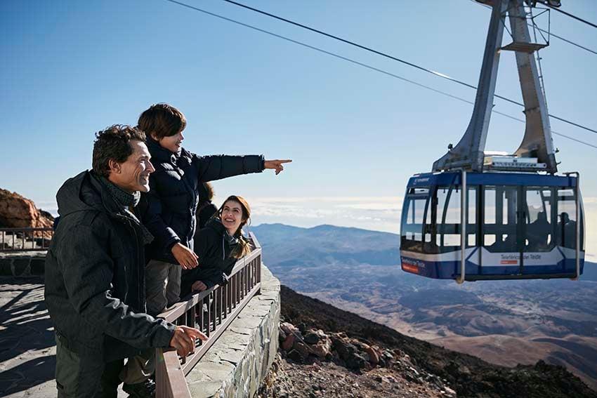 Gezin dat geniet van het bezoek aan de Teide met de Kabelbaan